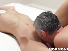Покорная молодая жена ебётся с мужем и получает сперму на грудь
