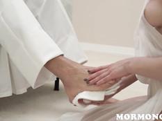 Послушная молодая жена моет ноги мужу и трахается с ним на кровати