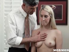 Стеснительная блондинка мастурбирует в присутствии развратного мужа