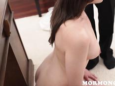 Похотливый наставник заставил девку раздеться и мастурбировать клитор