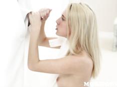 Услужливая блондиночка встала на колени и высосала сперму из члена
