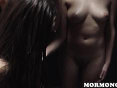 Две голые молодые лесбиянки заставляют девок насаживаться на фаллосы