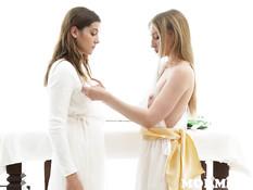 Лесбиянка приготовила разные дилдо и оттрахала ими молодую шатенку
