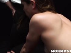 Трое сексуально озабоченных мужчин отодрали и обкончали юную шатенку