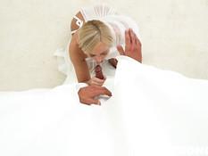 Старательная блондинка встала на колени и выдрочила сперму из члена