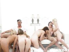 Двум мужикам пришлось постараться чтобы удовлетворить четырёх девок
