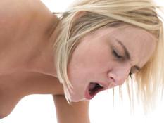 Шатенка лесбиянка надела длинный чёрный страпон и отымела блондинку