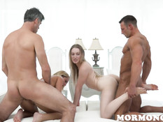 Две молоденькие светловолосые мормонки трахаются с двумя мужчинами