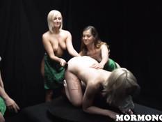 Три обиженные лесбиянки отшлёпали и оттрахали молоденькую блондинку