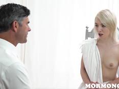Возбуждённая блондинка теребила клитор и смотрела как мужик дрочит