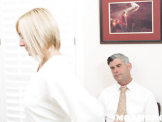 Блондинка с короткой стрижкой мастурбирует клитор на рабочем столе