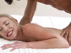 Молодая блондинка с волосатым лобком ебётся с мужчиной на кровати