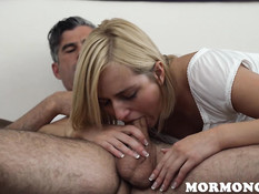 Юная блондинка пришла в спальню к папочке и соблазнила его на секс