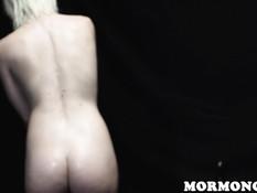 Юная блондинка насаживается киской на хорошо смазанные фаллоимитаторы