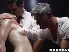 Групповуха трёх разгорячённых мужчин с натёртой маслом блондиночкой