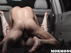 Парень в своём фургоне оттрахал молодую блондинку с волосатой киской