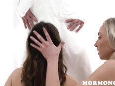 Две молодые подруги встают на колени и делают минет одному мужчине