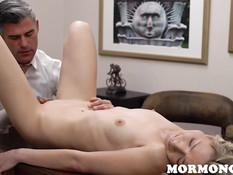 Застенчивая блондинка занимается сексом с похотливым наставником