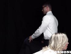 Паренёк в очках отшлёпал и оттрахал блондинку в присутствии пастора