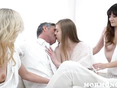 После хорошего минета мужчина оттрахал юную блондинку в позе раком