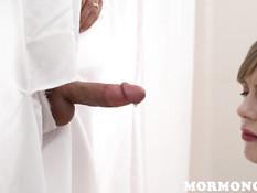 Девке в белом халатике пришлось отсасывать член развратному мужчине