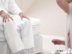 Длинноволосая молодая мормонка оттрахана на кровати после отсоса