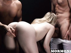 Двое похотливых мужчин трахают молодую блондинку в волосатую киску