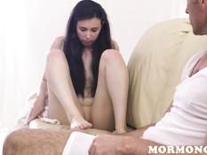 Пожилой сектант дал девушке отсосать свой член и отымел её в киску