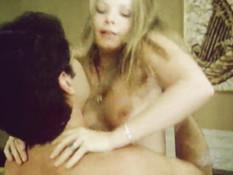 Две лесби блондинки лизали киски и ебались с подоспевшим мужчиной