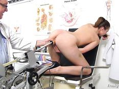 Пожилой врач заставил девушку раздеться до гола и осмотрел влагалище