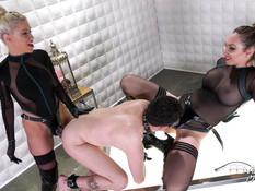 Две строгие грудастые госпожи отпердолили послушного раба страпонами