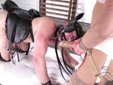 Сексапильная госпожа надела большой страпон и отодрала своего раба