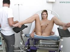 Молодая блондинка проходит обследование на гинекологическом кресле
