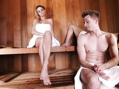 Блондинка подрочила ногами член в сауне и получила сперму на ступни