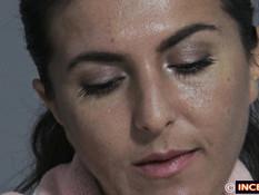 Мужчина стаскивает одеяло и дрочит на свою спящую жену брюнетку
