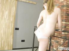 Красивая беременная шатенка раздевается до гола и делает гимнастику