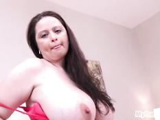 Толстая беременная женщина с большой грудью мастурбирует на кровати
