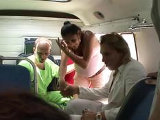 Две беременные пассажирки скорой помощи занимаются сексом с врачами