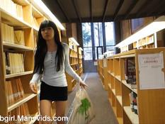 Юная брюнетка ходит в библиотеку и ебёт себя фаллоимитатором в анус