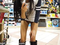Бесстыжая азиатская брюнетка обнажается и мастурбирует в магазине