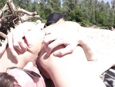 Встретил на нудистском пляже знакомую блондинку и оттрахал в киску