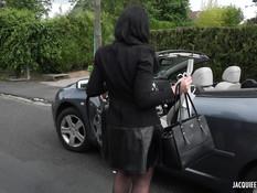 Зрелая брюнетка в чёрном нижнем белье оттрахана в анал на террасе