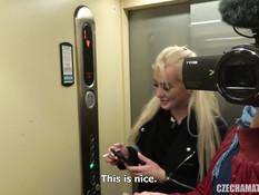 Перевозбуждённая молодая блондиночка трахается со своим бойфрендом