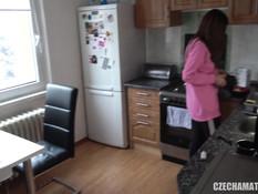 Сиськастая чешская девушка трахается с бойфрендом дома и в магазине