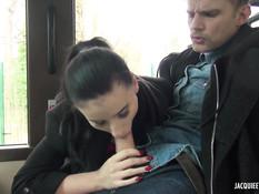 Мужчина отымел сексуальную брюнетку в салоне городского автобуса