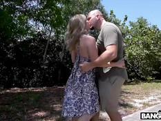 Игривая блондинка гуляет по парку без трусов и ебётся с лысым парнем