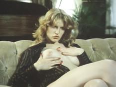 Блондинка ласкает клитор наблюдая за сексом трёх зрелых лесбиянок
