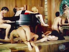 Большая групповая секс оргия молодёжи в шикарном загородном особняке