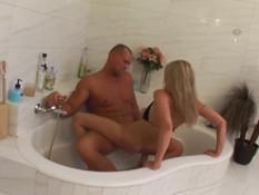 Мужчина отодрал в анал горячую молодую блондинку и кончил ей на язык
