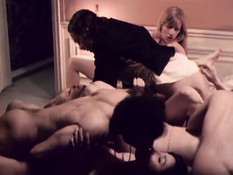 Пять похотливых дамочек сосали член и ебались с мужиком и дворецким